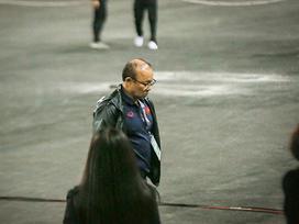 Không ăn mừng cùng học trò sau chiến thắng, HLV Park cúi gằm mặt, một mình đi vào bên trong
