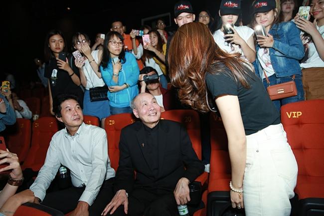 Mỹ Tâm cười tít mắt khi thấy nhạc sĩ Vũ Thành An đi xem Chị Trợ Lý Của Anh-2