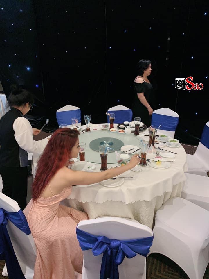 Đi dự đám cưới mà ăn lấy ăn để như bị bỏ đói 3 năm, Khả Như bị cả làng hài nhảy vào dội bom vì kém duyên-4