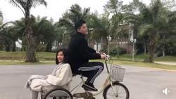 Huỳnh Anh tán tỉnh Lưu Đê Li chỉ với câu hát 'Bán sữa đậu nành và đạp chiếc xe màu xanh'