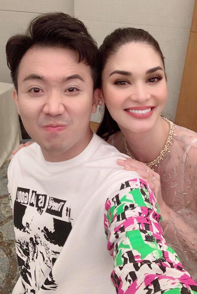 Khoe ảnh chụp cùng Hoa hậu Hoàn vũ Thế giới, Trấn Thành hành động quá khôn khiến Hari Won muốn ghen cũng khó-1