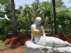 Indonesia: Tượng tiên cá ngực trần bị ép mặc áo