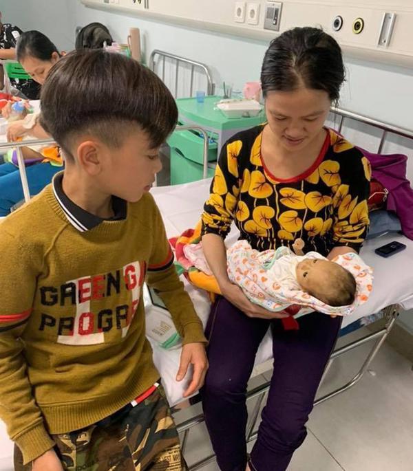 Xúc động chảy nước mắt xem clip phượt thủ nhí đạp xe 100km từ Sơn La về Hà Nội thăm em nằm viện-3