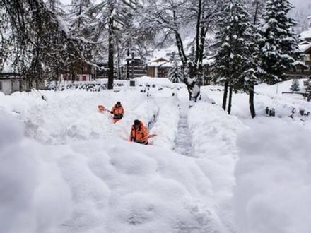 Tuyết rơi nhiều bất thường, bao phủ California