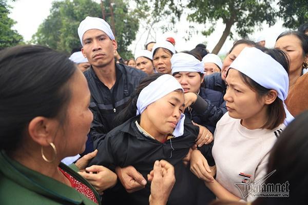Tai nạn 7 người chết: Đại tang cả thôn, khăn trắng phủ kín đường làng-10