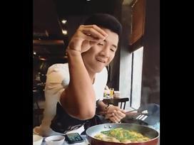 Chinh 'đen' bí mật hẹn hò bạn gái đi ăn chả cá sau trận thắng đậm trước Thái Lan