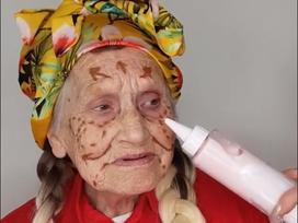 Ai bảo già là không có quyền làm đẹp, nhìn cụ bà này trang điểm mà các cô gái còn phải 'lác mắt'