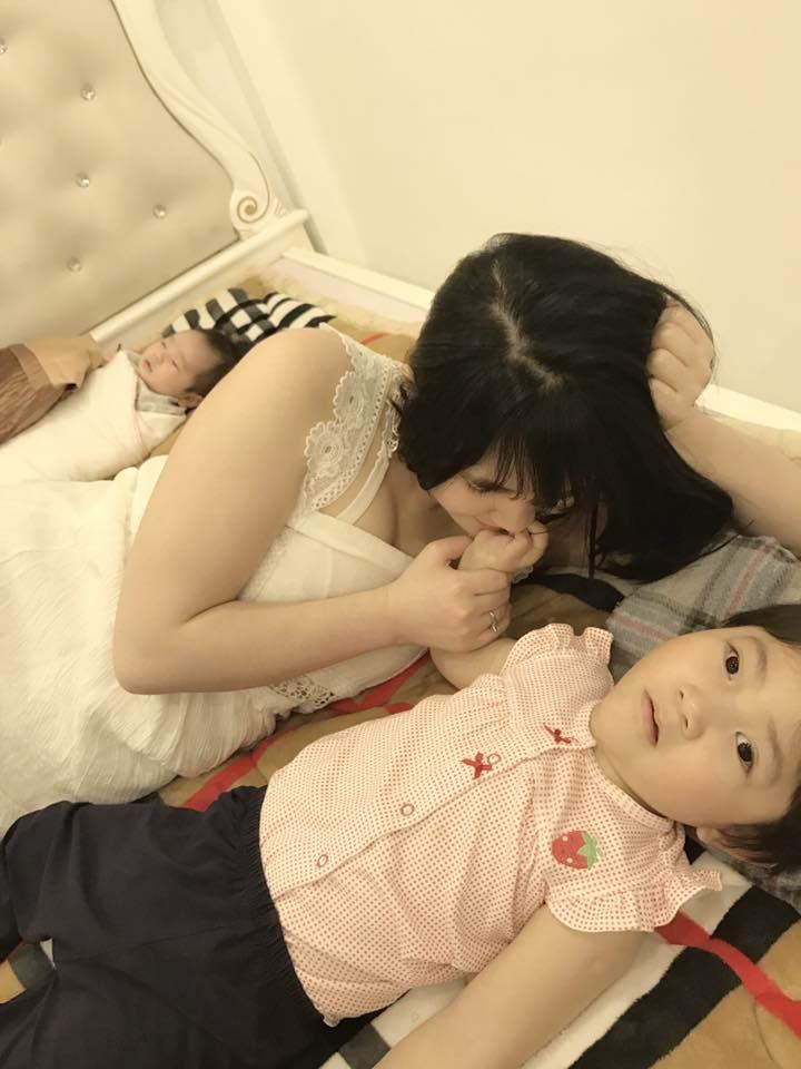 Khoe bé gái suy dinh dưỡng ở Lào Cai ngày càng bụ bẫm nhưng mẹ nuôi Thanh Tâm buồn bã khi bệnh tình con gái trở nặng-2