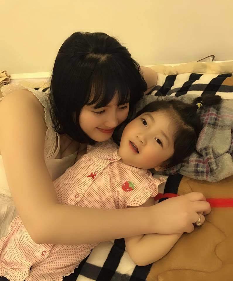 Khoe bé gái suy dinh dưỡng ở Lào Cai ngày càng bụ bẫm nhưng mẹ nuôi Thanh Tâm buồn bã khi bệnh tình con gái trở nặng-3