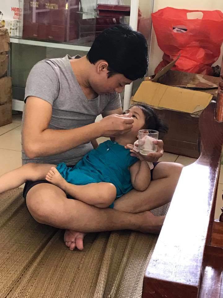 Khoe bé gái suy dinh dưỡng ở Lào Cai ngày càng bụ bẫm nhưng mẹ nuôi Thanh Tâm buồn bã khi bệnh tình con gái trở nặng-1