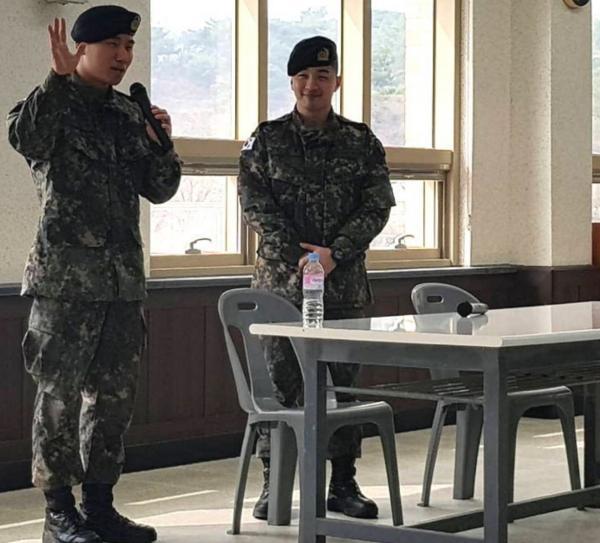 Ngoài kia Seungri bao la sóng gió, còn trong quân ngũ, Taeyang và Daesung lại bận rộn với lịch trình hát ca-2