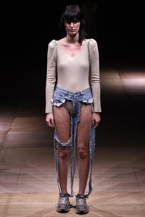 Đố ai dám liều mặc chiếc quần jeans cũn cỡn như quần chip-4