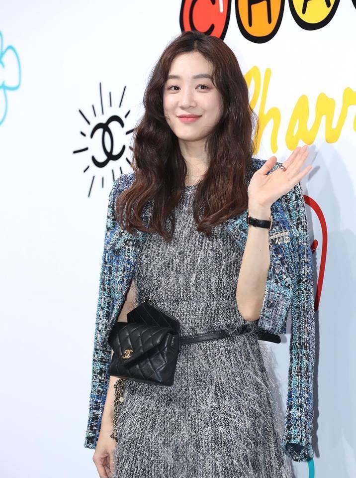 Cùng dự một sự kiện, Black Pink Jennie bị chê quê mùa kém sang khi đứng cạnh SNSD Yoona-16