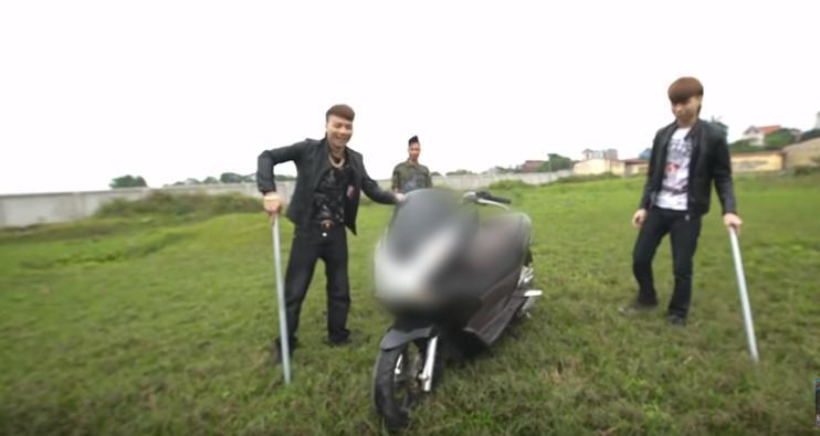 Khá Bảnh tung clip đốt xe máy 70 triệu đồng đổi lấy xe đạp điện khiến cộng đồng mạng phẫn nộ đòi tẩy chay-1