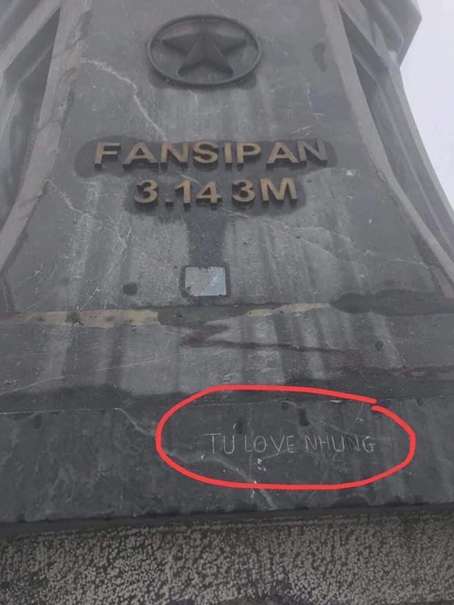 Du khách vẽ bậy trên đỉnh Fansipan gây phẫn nộ cộng đồng mạng-1