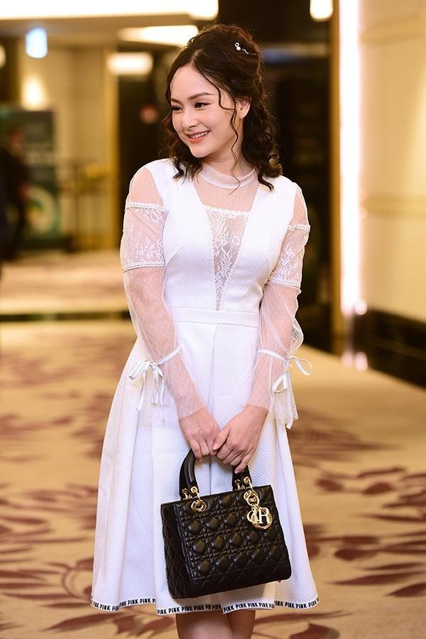 SAO MẶC XẤU: Phượng Chanel mặc quần đùi dự sự kiện - Diva Hồng Nhung rườm rà vì chiếc đầm khủng-4