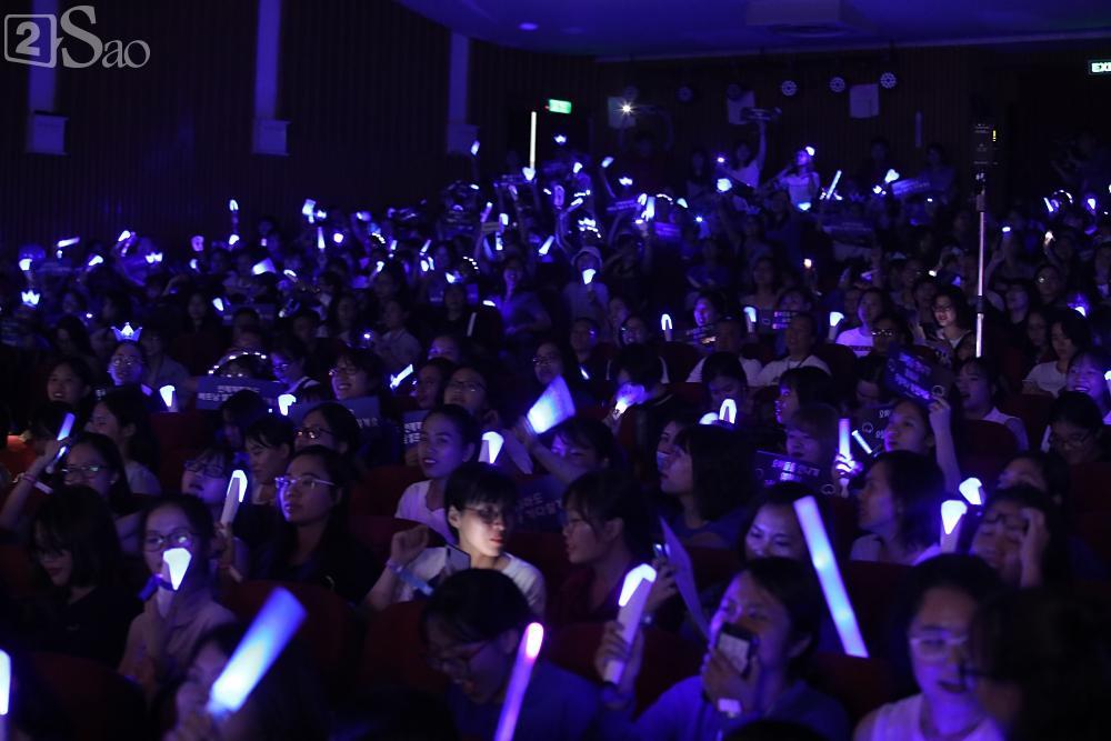 Chỉ bằng hộp giấy ăn, Super Junior thổi nến mừng sinh nhật cực hài cùng fan Việt ngay trên sân khấu-1