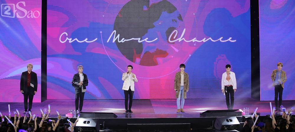 Chỉ bằng hộp giấy ăn, Super Junior thổi nến mừng sinh nhật cực hài cùng fan Việt ngay trên sân khấu-3
