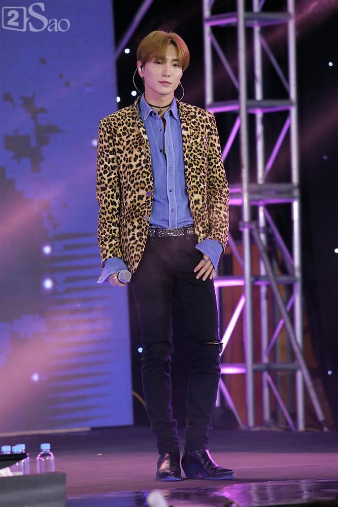 Chỉ bằng hộp giấy ăn, Super Junior thổi nến mừng sinh nhật cực hài cùng fan Việt ngay trên sân khấu-4