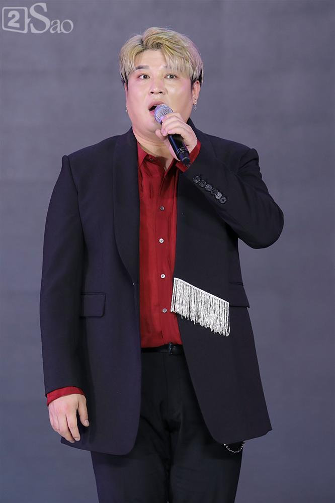 Chỉ bằng hộp giấy ăn, Super Junior thổi nến mừng sinh nhật cực hài cùng fan Việt ngay trên sân khấu-11
