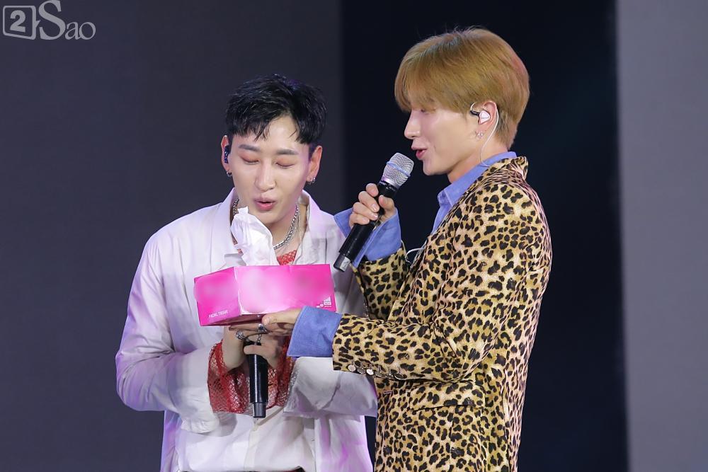 Chỉ bằng hộp giấy ăn, Super Junior thổi nến mừng sinh nhật cực hài cùng fan Việt ngay trên sân khấu-13