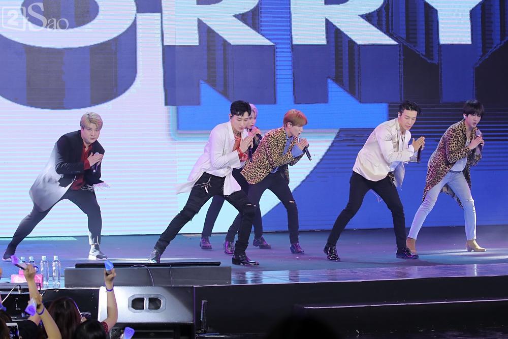 Chỉ bằng hộp giấy ăn, Super Junior thổi nến mừng sinh nhật cực hài cùng fan Việt ngay trên sân khấu-14