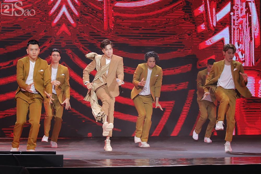 Chỉ bằng hộp giấy ăn, Super Junior thổi nến mừng sinh nhật cực hài cùng fan Việt ngay trên sân khấu-22