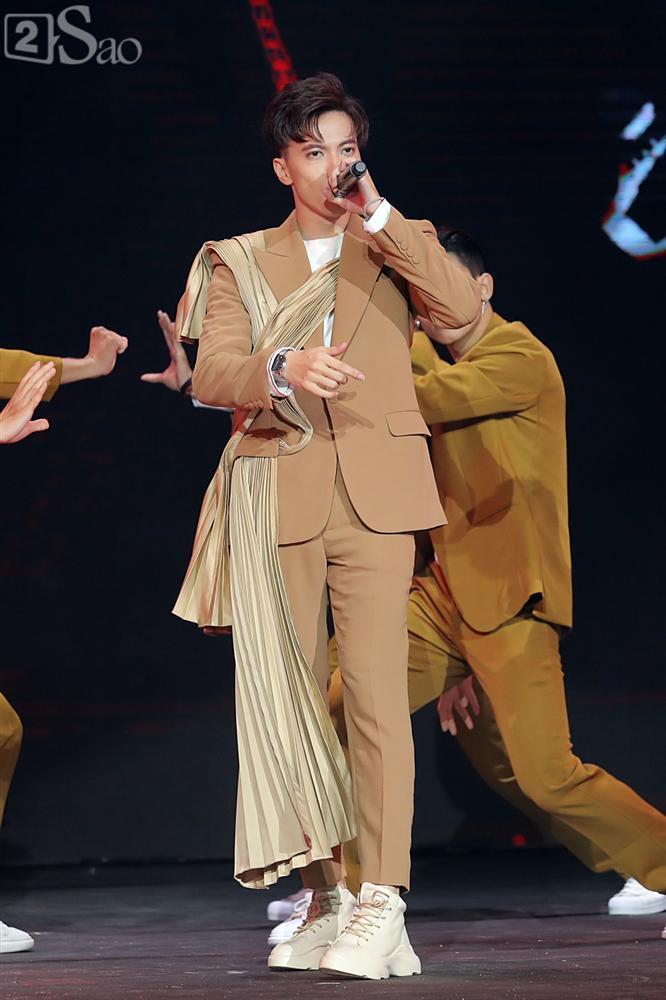 Chỉ bằng hộp giấy ăn, Super Junior thổi nến mừng sinh nhật cực hài cùng fan Việt ngay trên sân khấu-21
