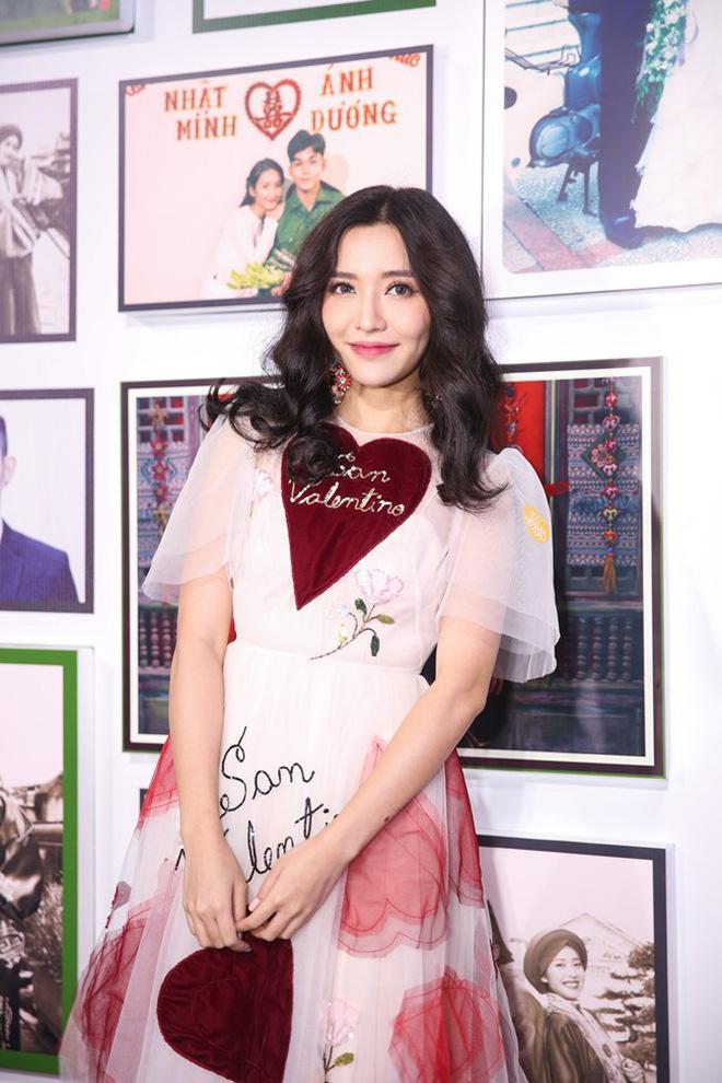 Lần đầu đụng hàng với chị đẹp Bích Phương, bạn gái Duy Mạnh lép vế vì trang điểm lẫn kiểu tóc già chát-4