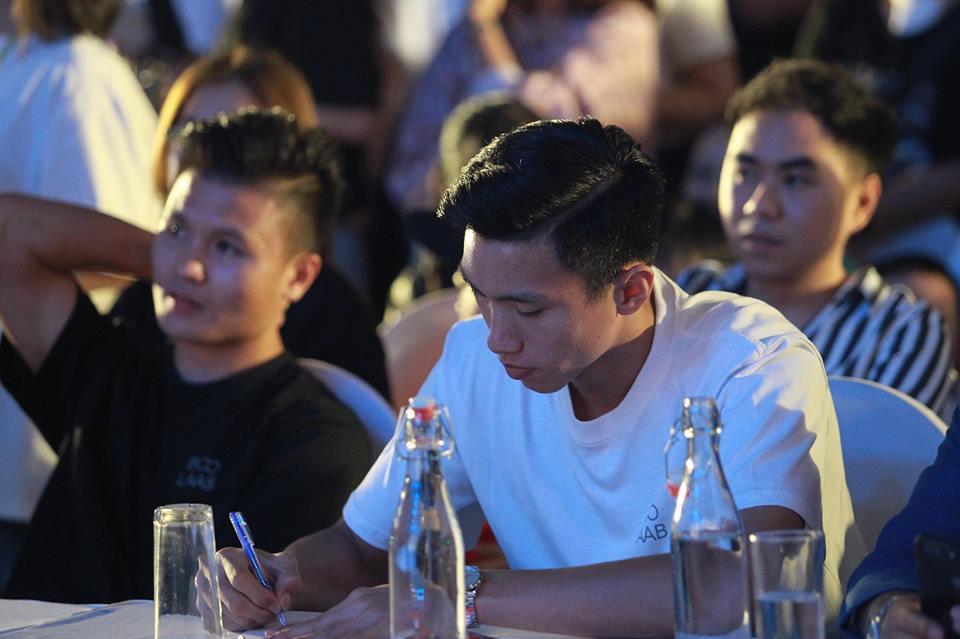 Xuất hiện nổi bật tại Giờ trái đất 2019, dàn cầu thủ U23 Việt Nam được fans nhiệt tình vây để xin chữ kí-5