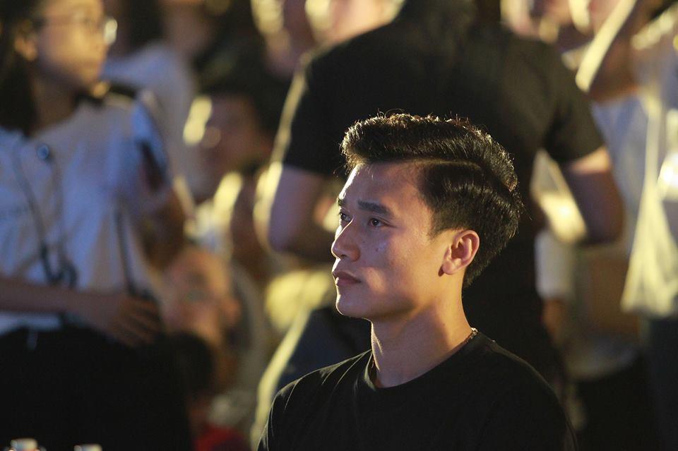 Xuất hiện nổi bật tại Giờ trái đất 2019, dàn cầu thủ U23 Việt Nam được fans nhiệt tình vây để xin chữ kí-8