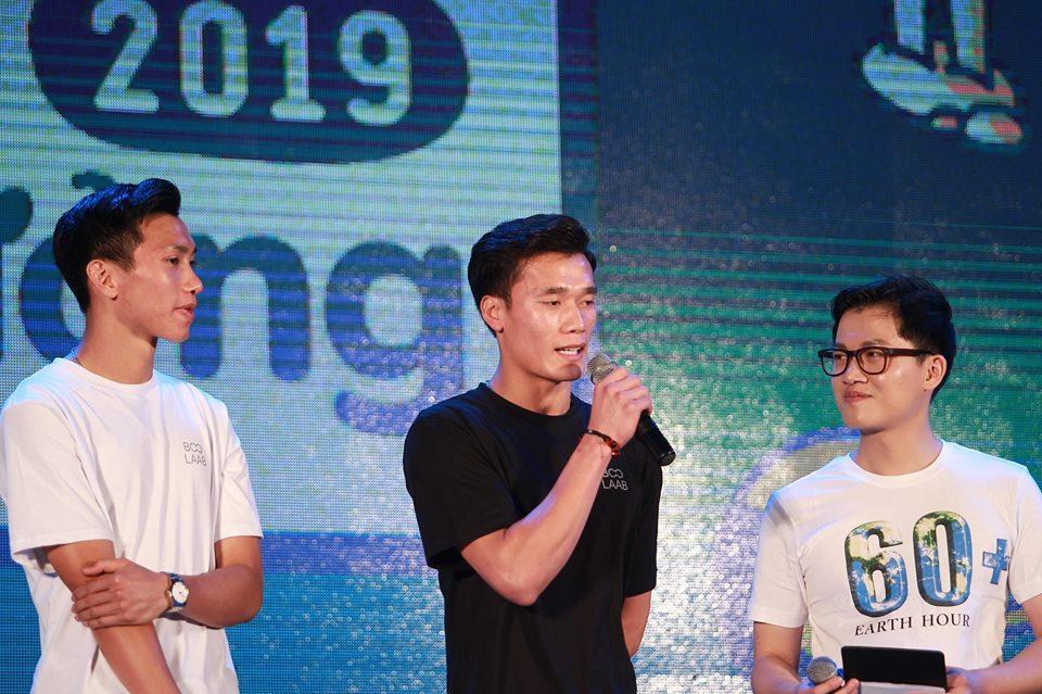 Xuất hiện nổi bật tại Giờ trái đất 2019, dàn cầu thủ U23 Việt Nam được fans nhiệt tình vây để xin chữ kí-7