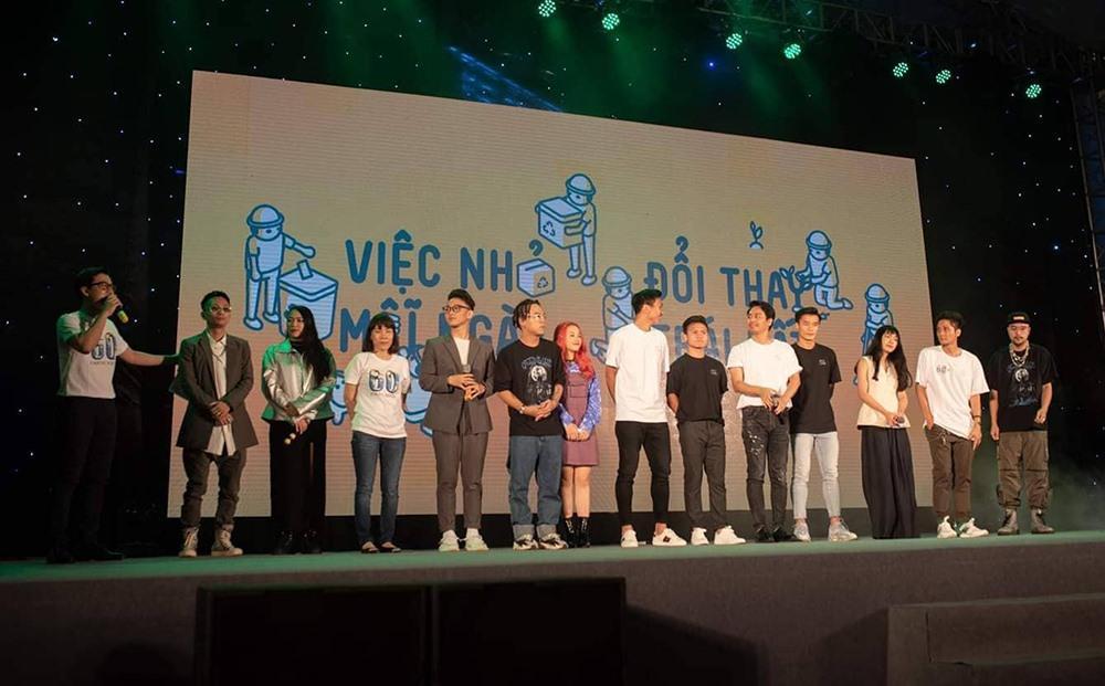 Xuất hiện nổi bật tại Giờ trái đất 2019, dàn cầu thủ U23 Việt Nam được fans nhiệt tình vây để xin chữ kí-1