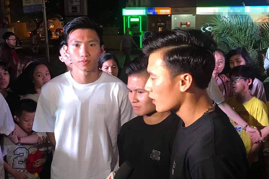 Xuất hiện nổi bật tại Giờ trái đất 2019, dàn cầu thủ U23 Việt Nam được fans nhiệt tình vây để xin chữ kí-2