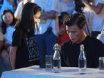 Xuất hiện nổi bật tại Giờ trái đất 2019, dàn cầu thủ U23 Việt Nam được fans nhiệt tình 'vây' để xin chữ kí