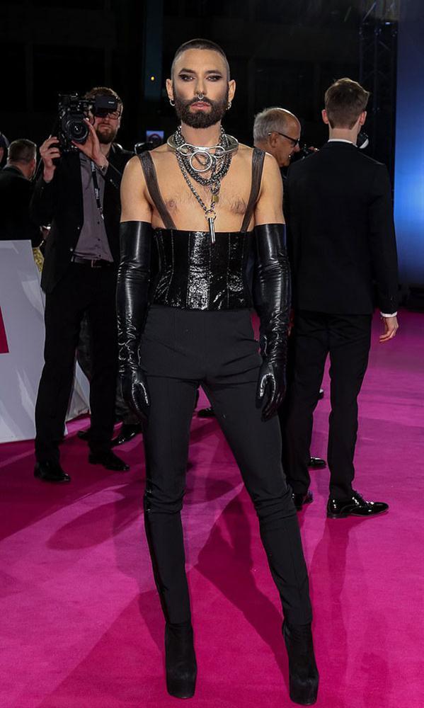 SAO MẶC XẤU: Phượng Chanel mặc quần đùi dự sự kiện - Diva Hồng Nhung rườm rà vì chiếc đầm khủng-9