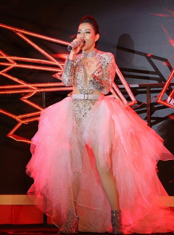 SAO MẶC XẤU: Phượng Chanel mặc quần đùi dự sự kiện - Diva Hồng Nhung rườm rà vì chiếc đầm khủng-2