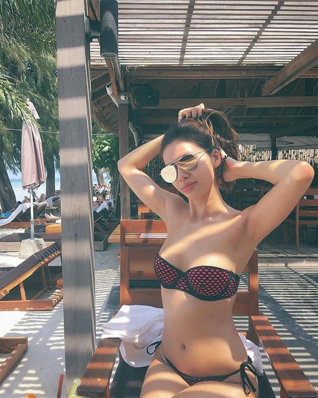 Minh Tú đốt cháy mạng xã hội với cách pose dáng khi mặc áo tắm khoét hông-6