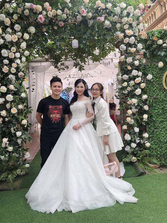 Bị hỏi chuyện cưới xin khi đăng ảnh đi đám cưới cùng Quang Hải, phản ứng của Nhật Lê khiến nhiều người bất ngờ-1