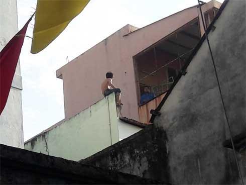CLIP NGHẸT THỞ: Gần 50 cảnh sát vây kẻ nghi ngáo đá cầm dao cố thủ trên nóng nhà 3 tầng-1