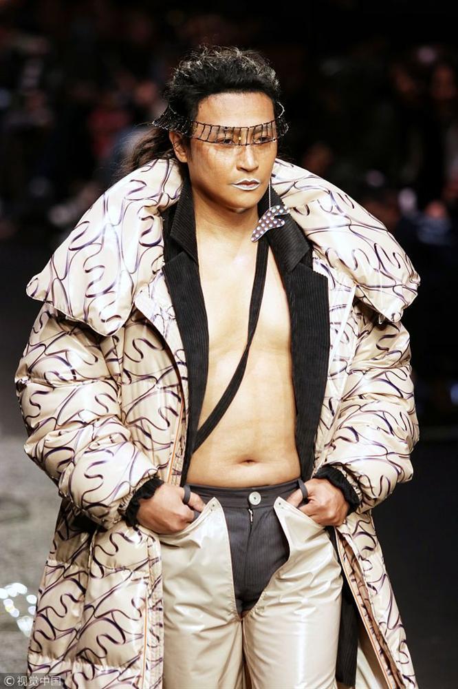 Nhĩ Thái Trần Chí Bằng gây shock với thân hình ngấn mỡ, tự tin catwalk với đôi guốc 20 phân-6
