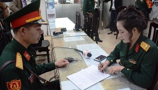 Đối tượng giả danh nữ sĩ quan quân đội khai mặc quân phục chụp ảnh khoe mẽ-2