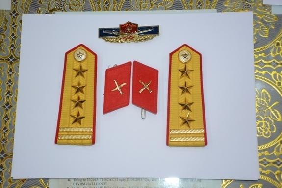 Đối tượng giả danh nữ sĩ quan quân đội khai mặc quân phục chụp ảnh khoe mẽ-3