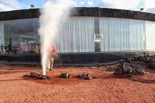 Nhà hàng độc lạ: Nướng thịt trên miệng núi lửa-1