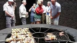 Nhà hàng độc lạ: Nướng thịt trên miệng núi lửa