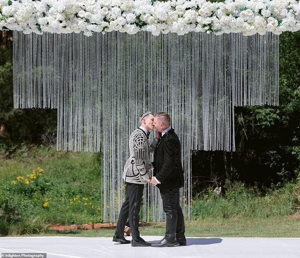 Choáng với siêu đám cưới 23 tỷ toàn kim cương và pha lê của cặp đồng tính nam-10