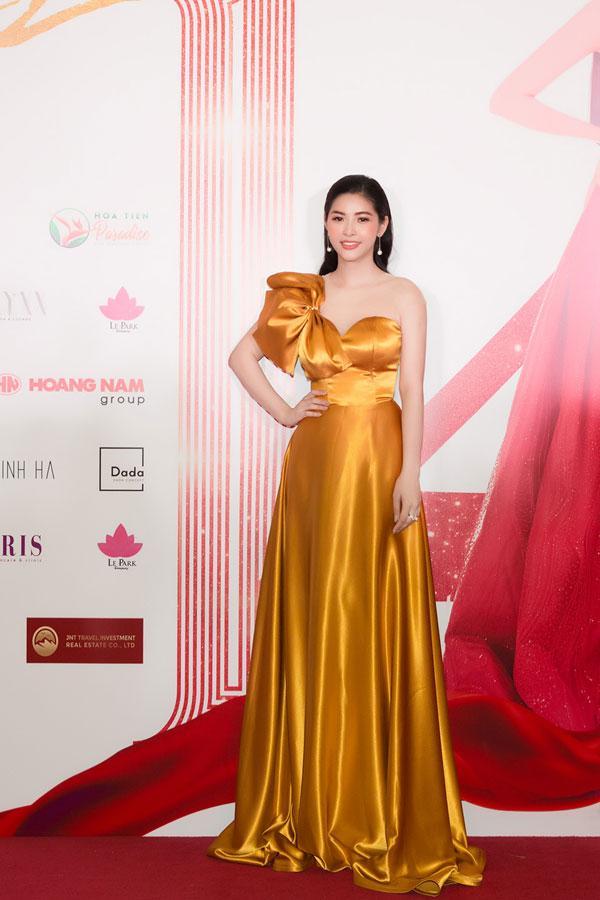 'Đụng hàng' váy áo, Á hậu Hoàng Dung vẫn đẹp nổi bật-2