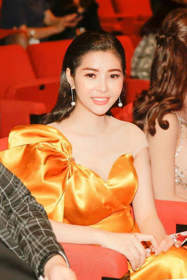 'Đụng hàng' váy áo, Á hậu Hoàng Dung vẫn đẹp nổi bật-4