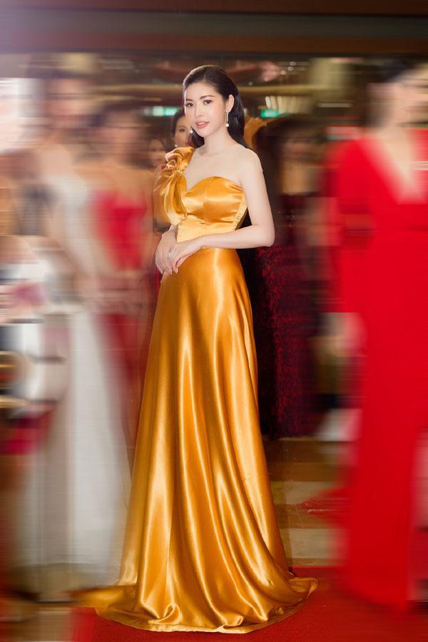 'Đụng hàng' váy áo, Á hậu Hoàng Dung vẫn đẹp nổi bật-5