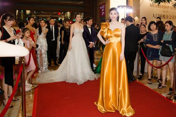 'Đụng hàng' váy áo, Á hậu Hoàng Dung vẫn đẹp nổi bật-7